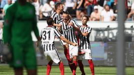 Ten-man Frankfurt beat Schalke