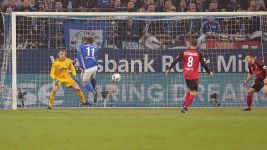 Konoplyanka stars as Schalke hold Freiburg