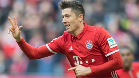 Lewandowski hat-trick as Bayern rout Hamburg
