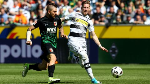 Gladbach's Hahn strikes late to deny Augsburg
