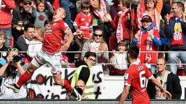 Mainz pull into European places after beating Augsburg