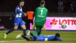 Hertha see off 10-man Frankfurt
