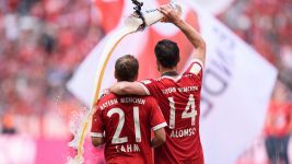 Watch: Cheers to Alonso and Lahm!