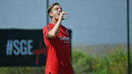 Watch: Eintracht Frankfurt sweating in the sun