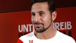 Pizarro back in the Bundesliga with eye on Russia