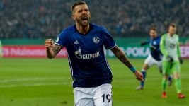 Schalke edge past Wolfsburg to reach last four