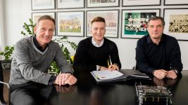Reus extends Dortmund contract