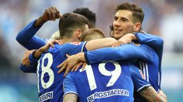 Schalke win to keep Bayern waiting