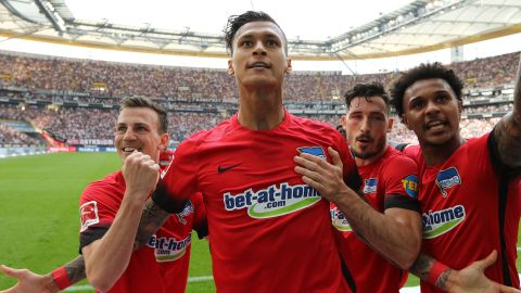 Hertha ease to victory over ten-man Eintracht