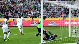 Gladbach heap more misery on Schalke