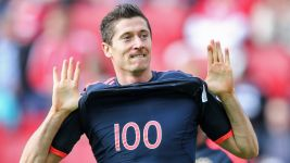 Lewandowski breaks 100-goal mark in Mainz
