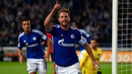 Höwedes signs new Schalke deal